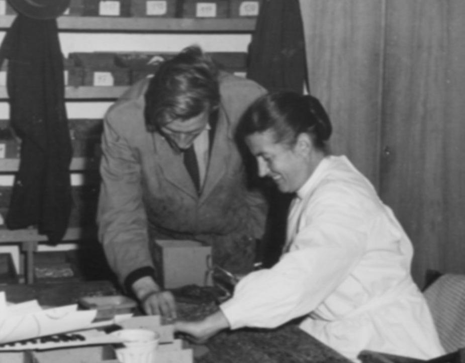 Lotte Marx-Colsman 1957 bei der Arbeit an einem Mosaik bei der Firma Derix in Kaiserswerth, Privatbesitz