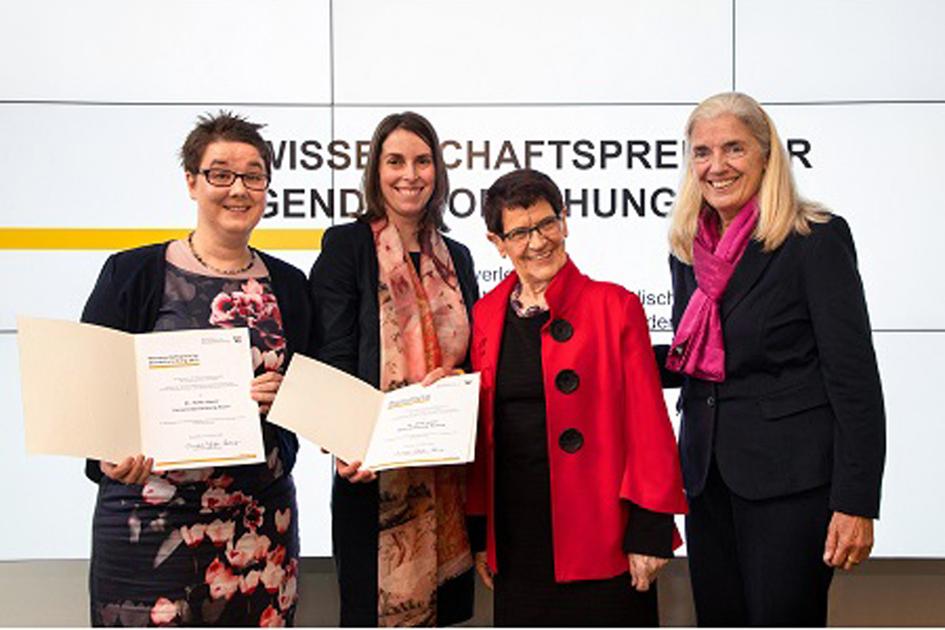 Wissenschaftsministerin Isabel Pfeiffer-Poensgen und Prof. Dr. Rita Süßmuth mit den Preisträgerinnen Dr. Anna Sieben und Dr. Heike Mauer